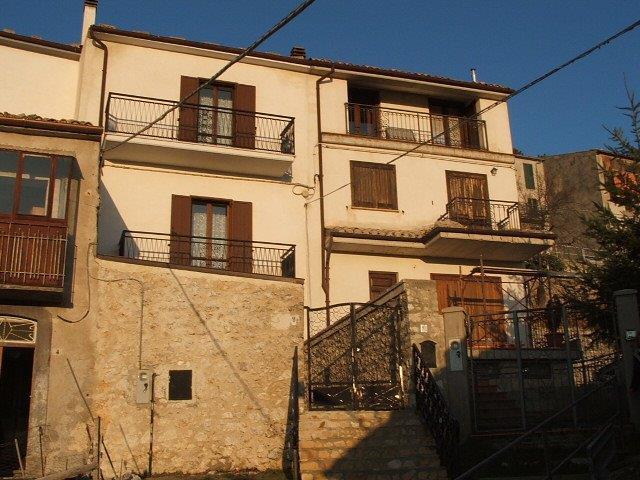 Soluzione Semindipendente in vendita a Castel del Monte, 7 locali, prezzo € 140.000 | Cambio Casa.it