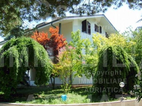 Villa in vendita a Cupra Marittima, 10 locali, prezzo € 1.000.000 | Cambio Casa.it