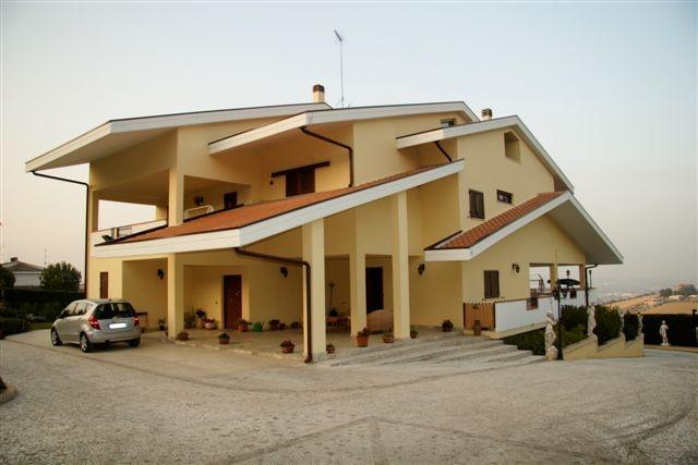 Villa in vendita a Cappelle sul Tavo, 8 locali, Trattative riservate | Cambio Casa.it