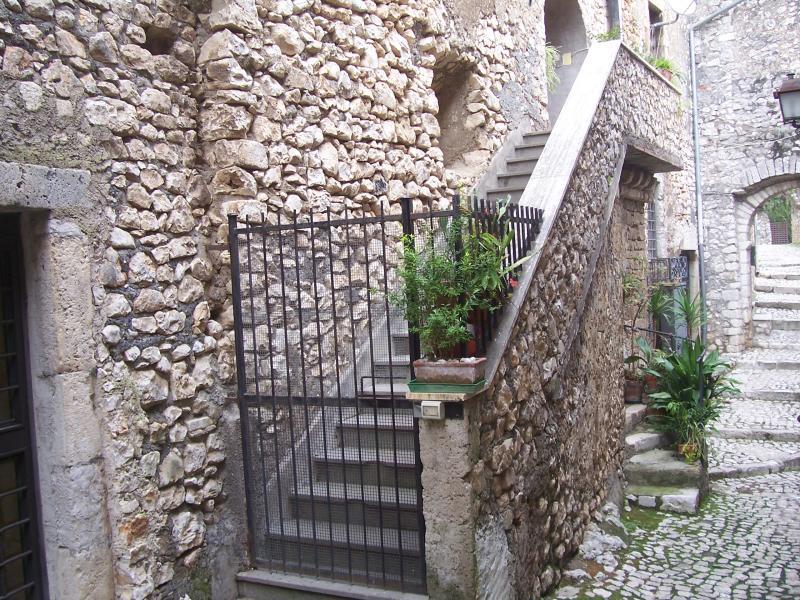 Rustico / Casale in vendita a Sermoneta, 12 locali, prezzo € 245.000   Cambio Casa.it