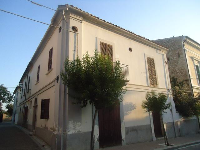 Soluzione Indipendente in vendita a Catignano, 7 locali, prezzo € 230.000 | Cambio Casa.it