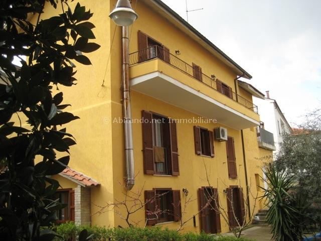 Soluzione Indipendente in vendita a Loreto Aprutino, 9 locali, prezzo € 180.000 | Cambio Casa.it