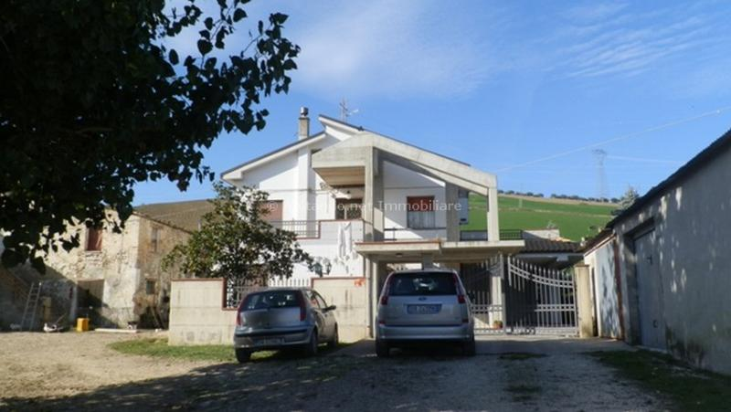 Soluzione Indipendente in vendita a Penne, 10 locali, prezzo € 250.000 | Cambio Casa.it