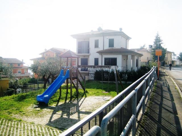 Villa in vendita a Penne, 7 locali, prezzo € 380.000 | Cambio Casa.it