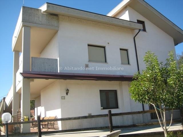 Villa in vendita a Civitella Casanova, 9 locali, zona Zona: Vestea, prezzo € 250.000 | Cambio Casa.it