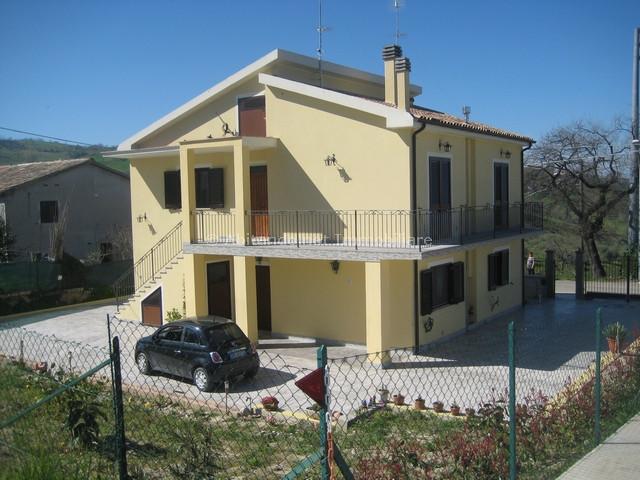 Villa Bifamiliare in vendita a Penne, 8 locali, prezzo € 255.000 | CambioCasa.it