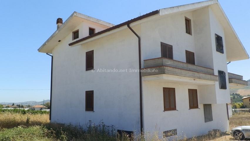 Soluzione Indipendente in vendita a Collecorvino, 12 locali, prezzo € 255.000 | CambioCasa.it