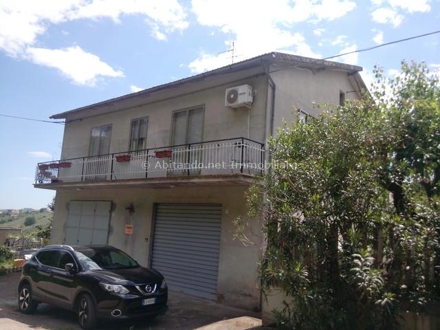 Soluzione Indipendente in vendita a Loreto Aprutino, 6 locali, prezzo € 150.000 | CambioCasa.it