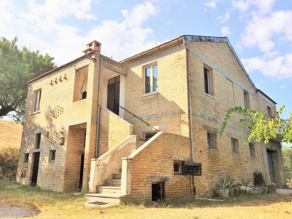 Rustico / Casale in vendita a Offida, 8 locali, prezzo € 220.000 | CambioCasa.it