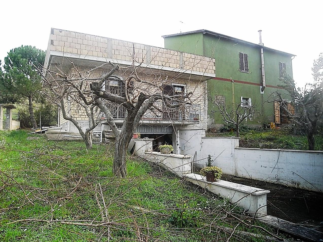 Rustico / Casale in vendita a Carassai, 7 locali, prezzo € 248.000   CambioCasa.it
