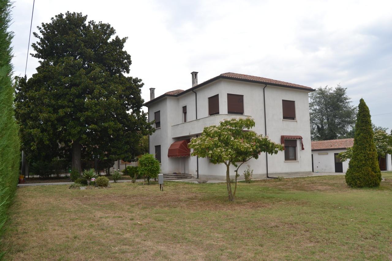 Villa in vendita a Salara, 10 locali, prezzo € 160.000 | Cambio Casa.it