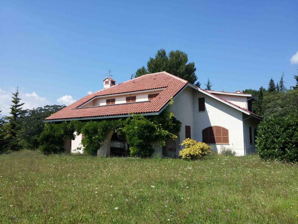 Villa in vendita a Fabriano, 12 locali, zona Località: PERIFERIA, Trattative riservate | CambioCasa.it