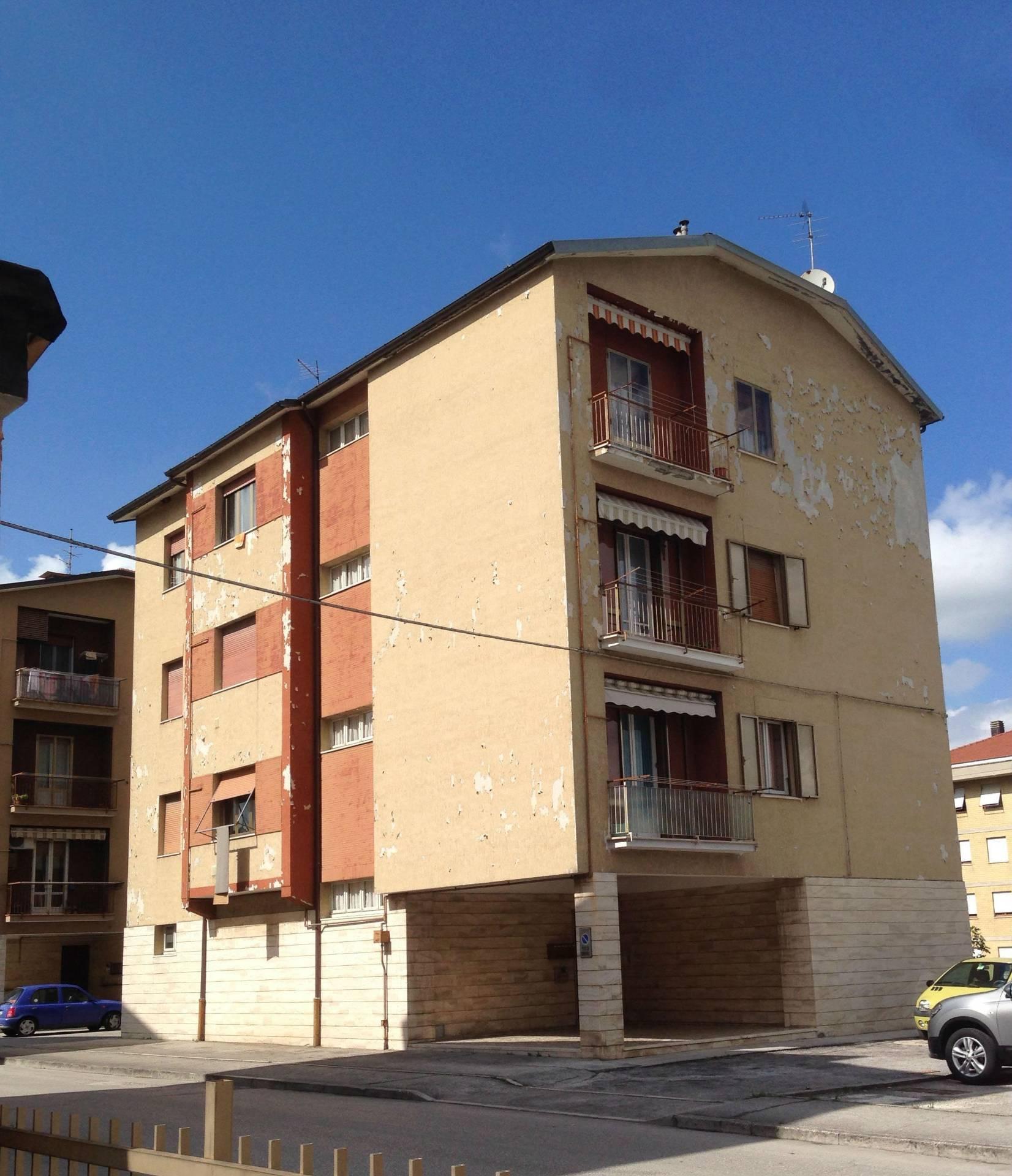 Appartamento in vendita a Fabriano, 5 locali, zona Località: PERIFERIA, prezzo € 60.000   CambioCasa.it