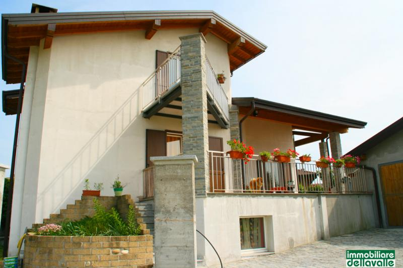 Villa in vendita a Oleggio, 7 locali, Trattative riservate | Cambio Casa.it