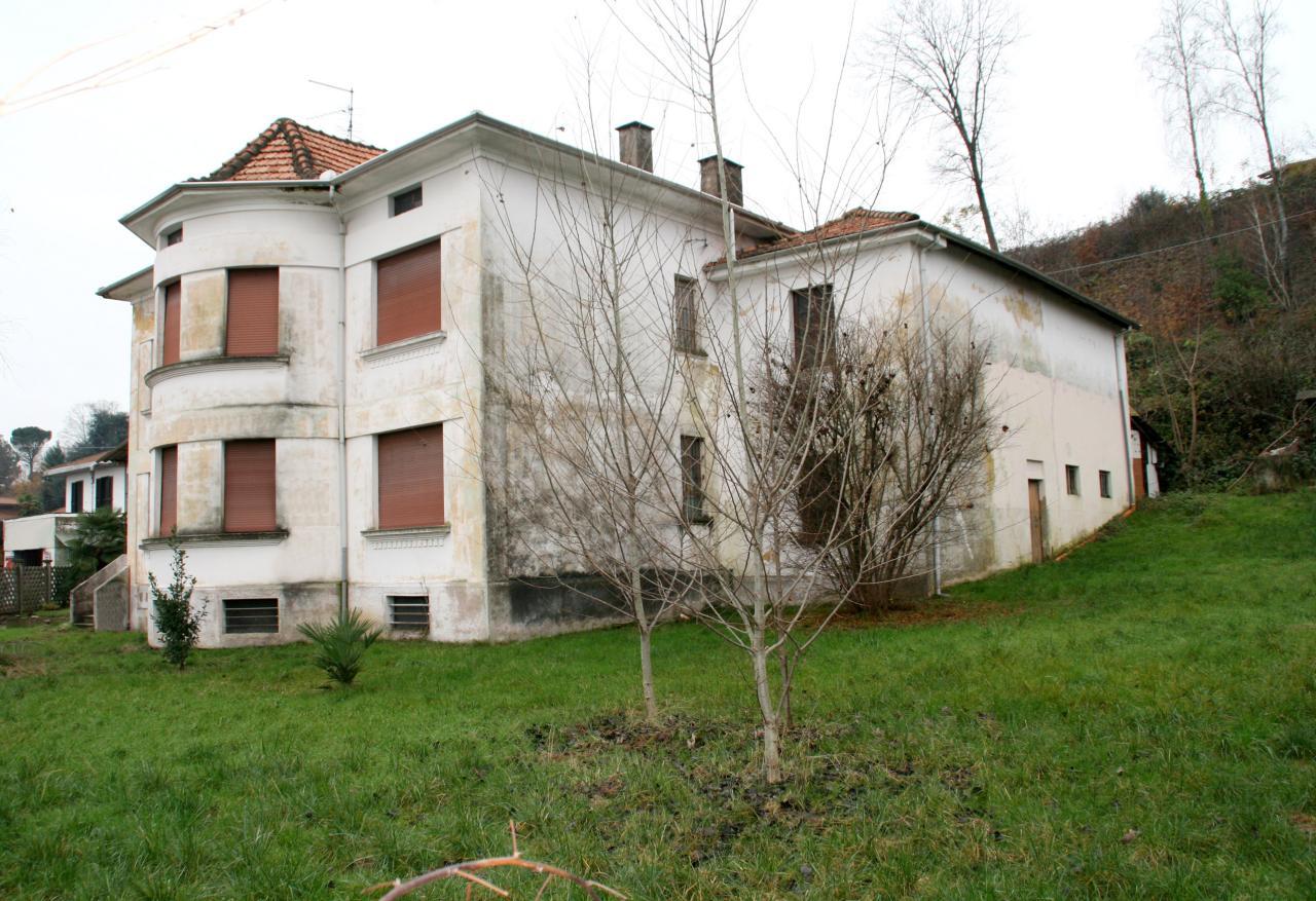 Villa in vendita a Oleggio, 10 locali, zona Località: vicinanzecentro, prezzo € 170.000 | Cambio Casa.it