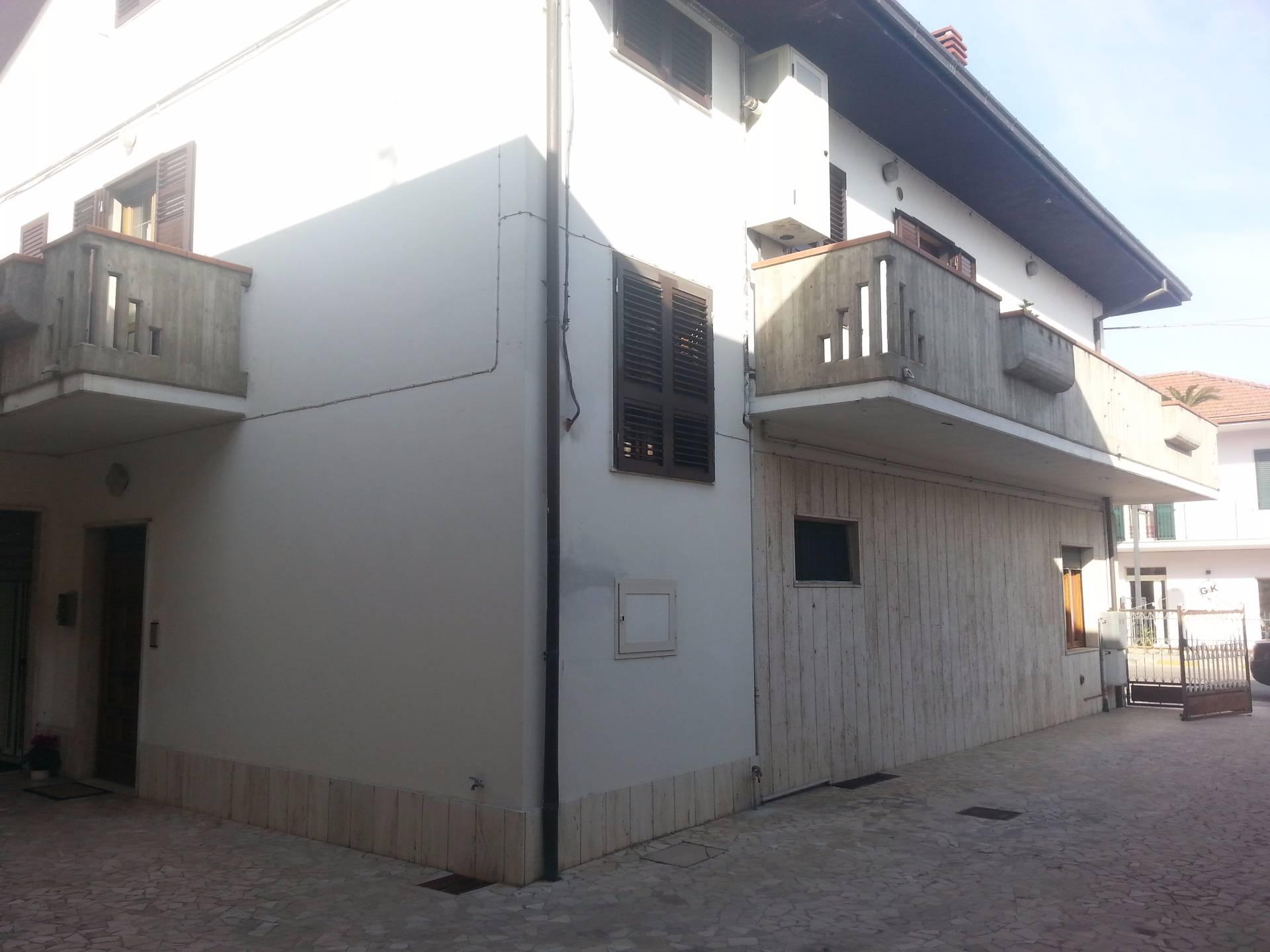 Soluzione Indipendente in vendita a Sant'Omero, 10 locali, zona Località: Garrufo, Trattative riservate | CambioCasa.it