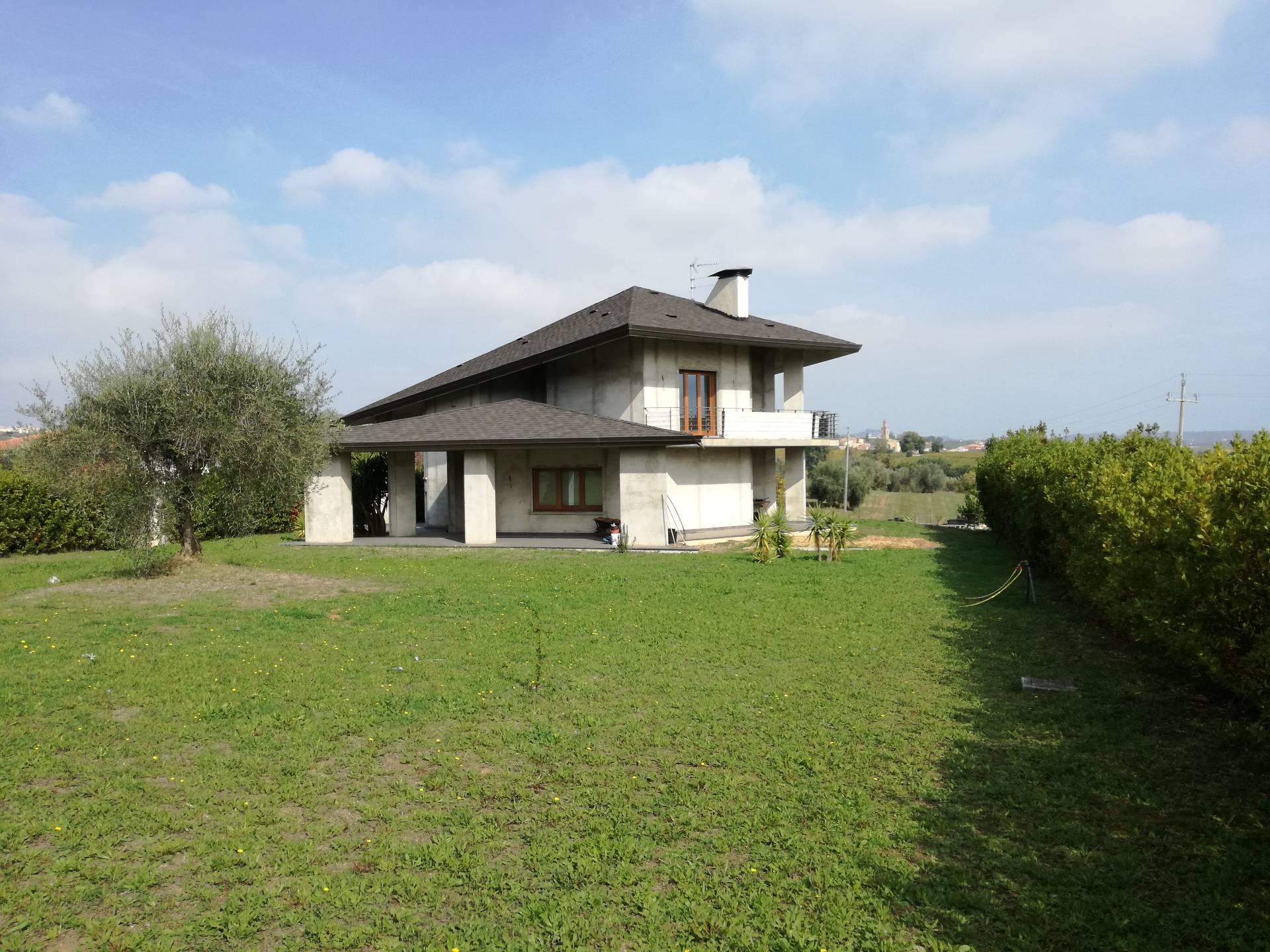 Soluzione Indipendente in vendita a Corropoli, 10 locali, Trattative riservate | CambioCasa.it