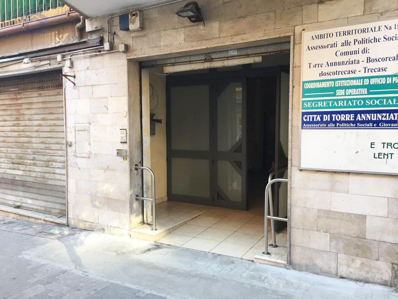 Negozio / Locale in affitto a Torre Annunziata, 9999 locali, zona Località: nord, prezzo € 2.500 | CambioCasa.it