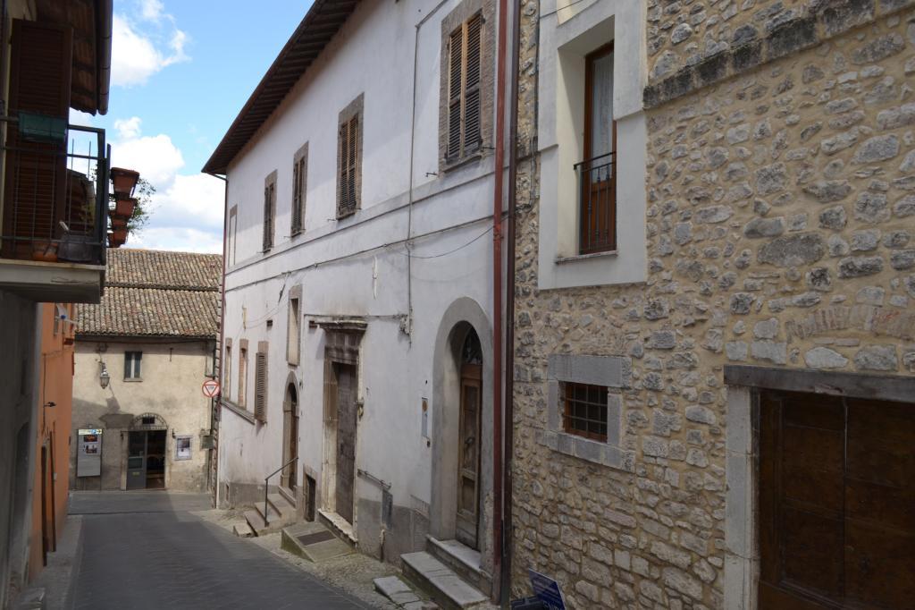 Appartamento in vendita a Cascia, 6 locali, zona Località: Cascia-Centro, prezzo € 88.000 | Cambio Casa.it