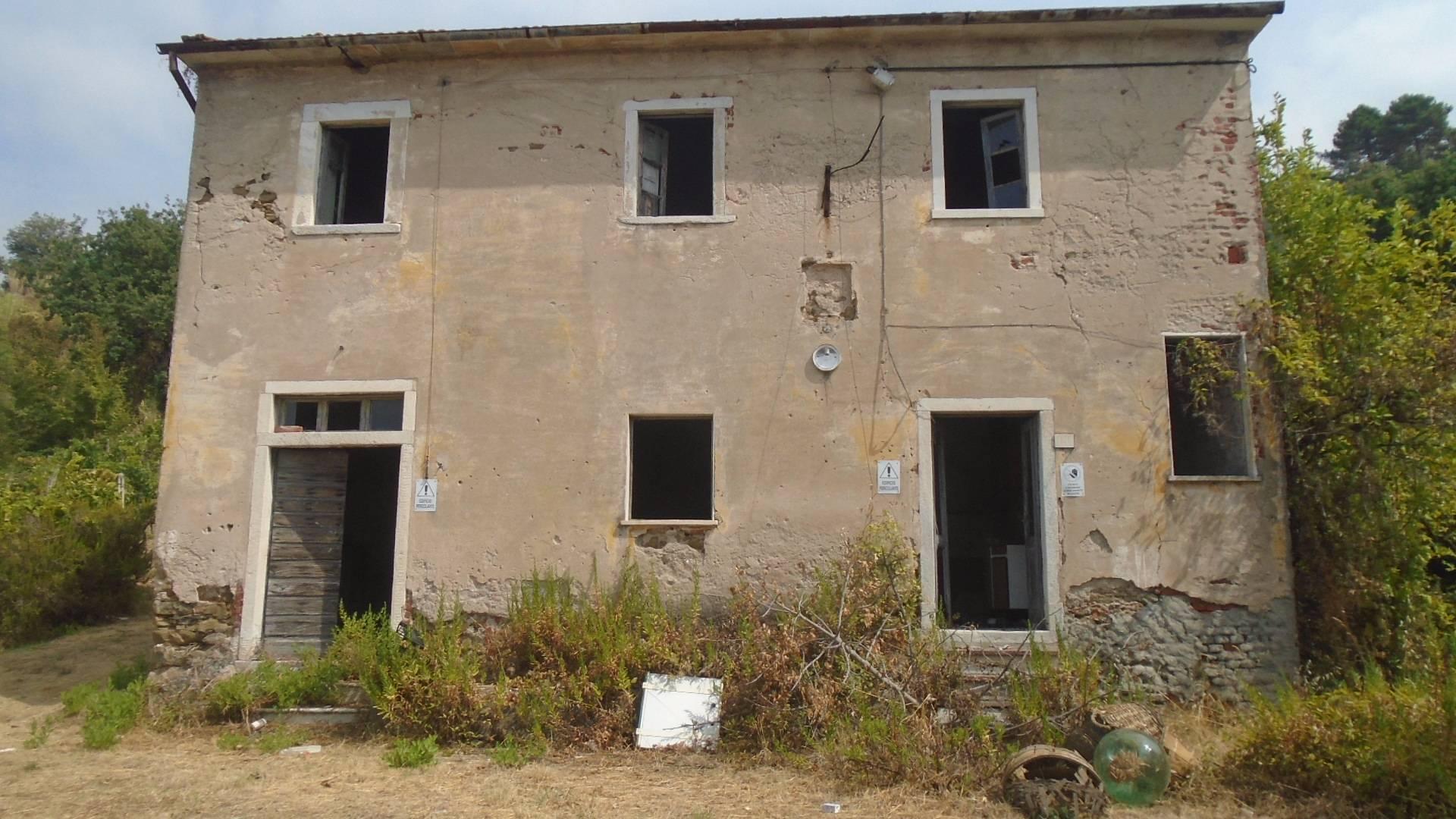 Rustico / Casale in vendita a Carrara, 8 locali, zona Località: Bonascola, prezzo € 300.000 | CambioCasa.it