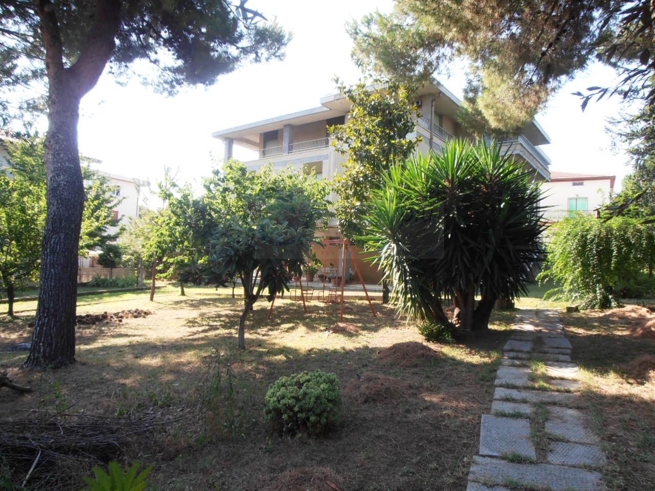 Villa in vendita a Nereto, 12 locali, prezzo € 375.000 | CambioCasa.it