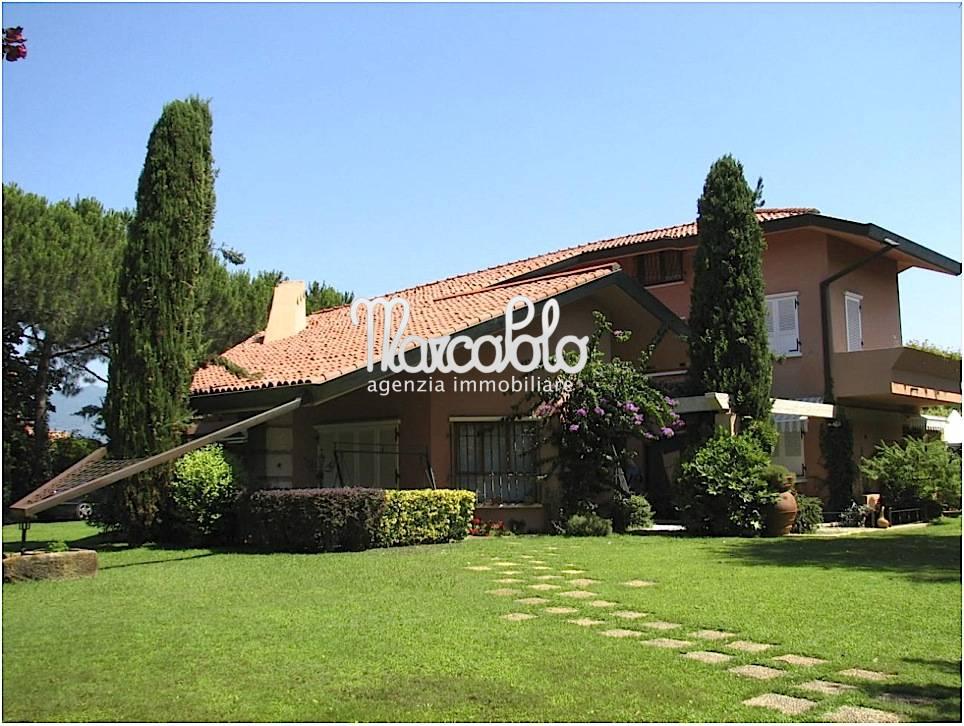 Villa in affitto a Camaiore, 13 locali, Trattative riservate | CambioCasa.it