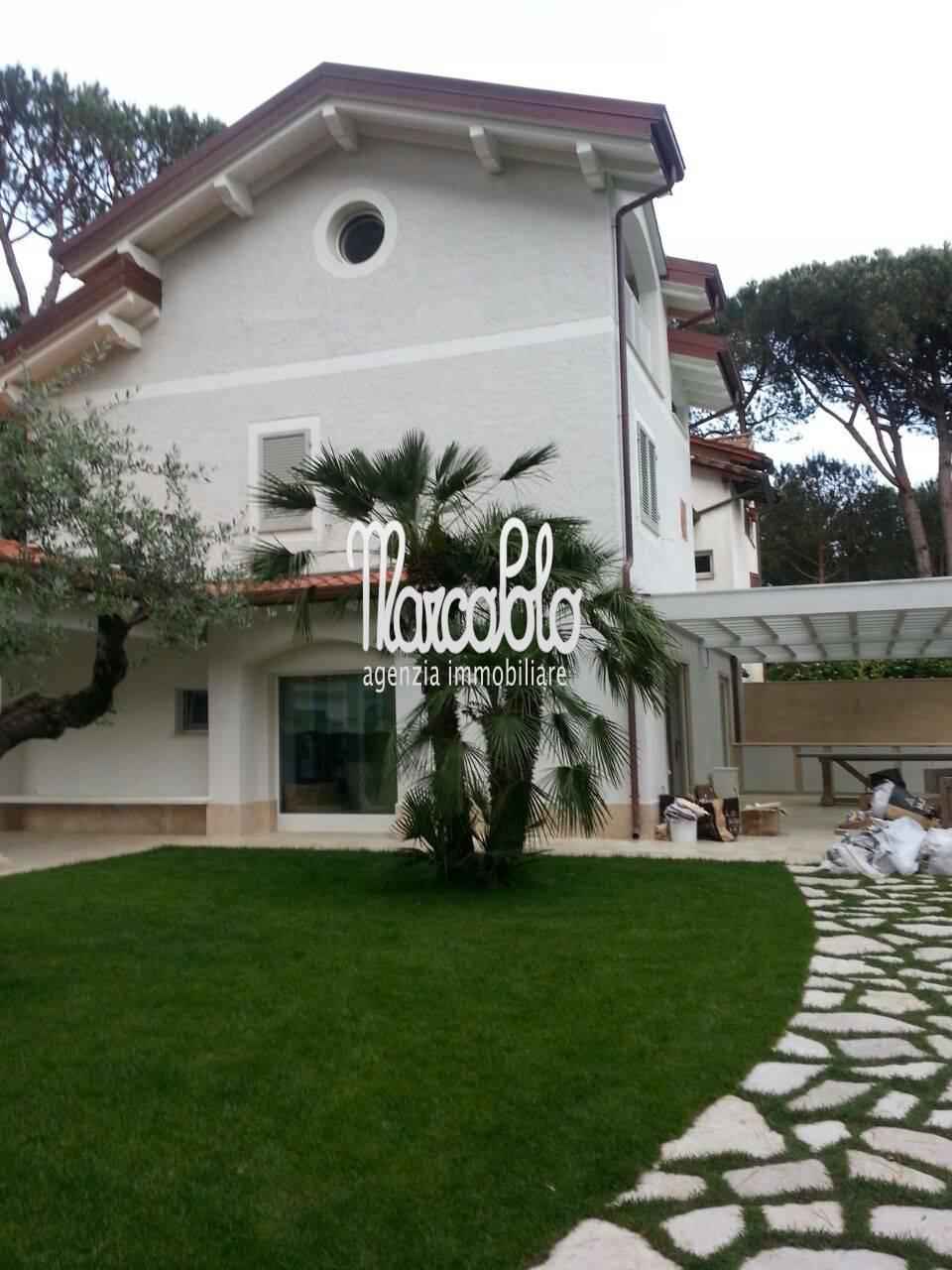 Villa Bifamiliare in Affitto a Montignoso