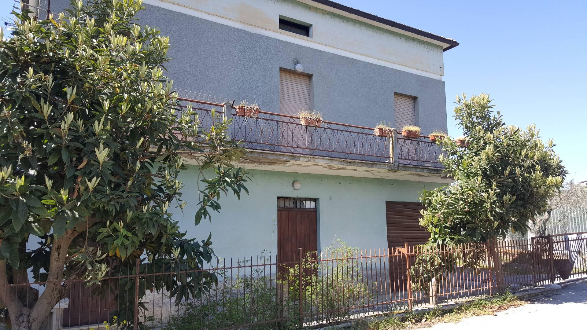 Appartamento in vendita a Ascoli Piceno, 6 locali, zona Località: ValleFiorana, prezzo € 100.000 | CambioCasa.it