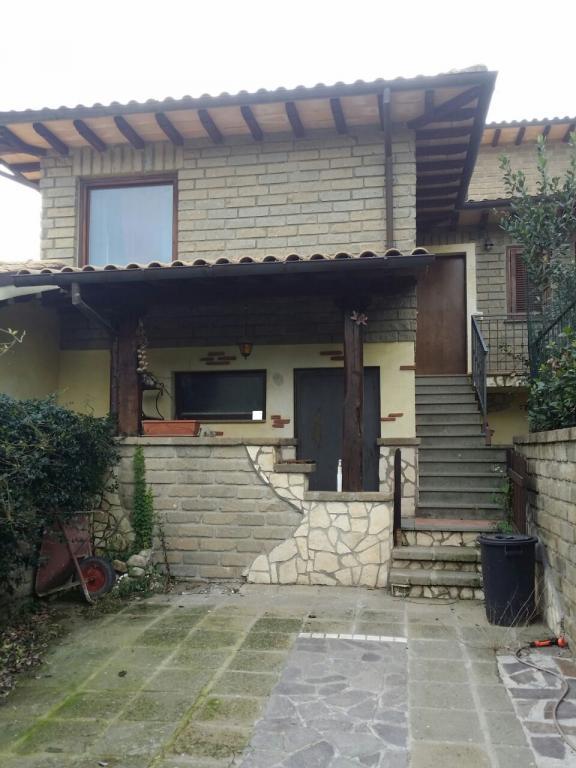 Villa in vendita a Manziana, 4 locali, prezzo € 115.000 | Cambio Casa.it
