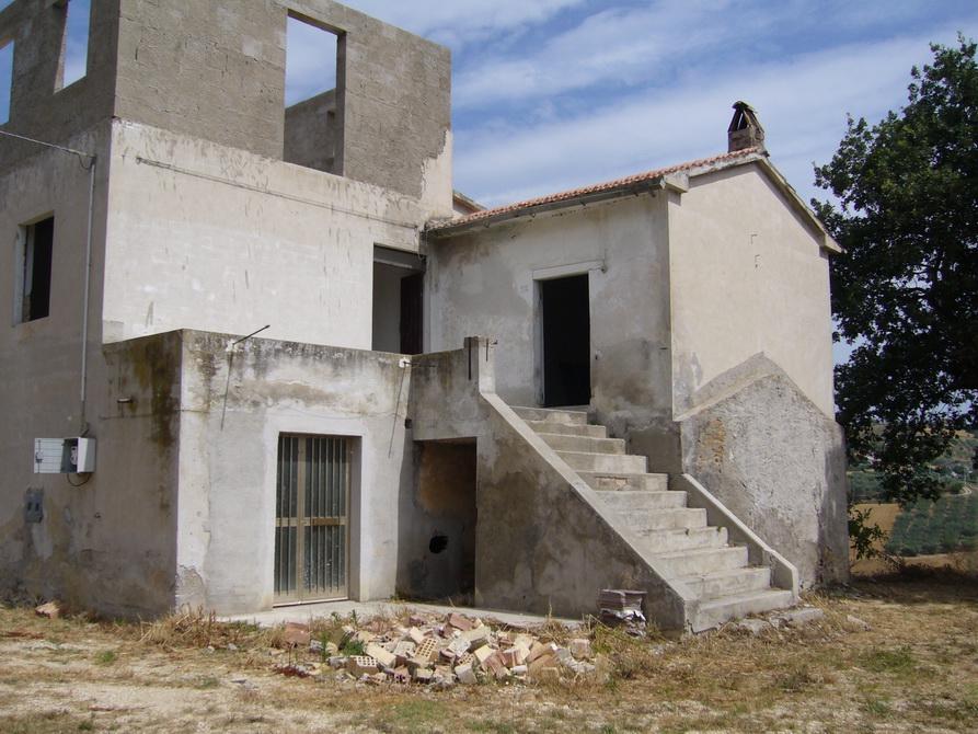 Rustico / Casale in vendita a Controguerra, 10 locali, zona Località: Panoramica, prezzo € 130.000 | Cambio Casa.it