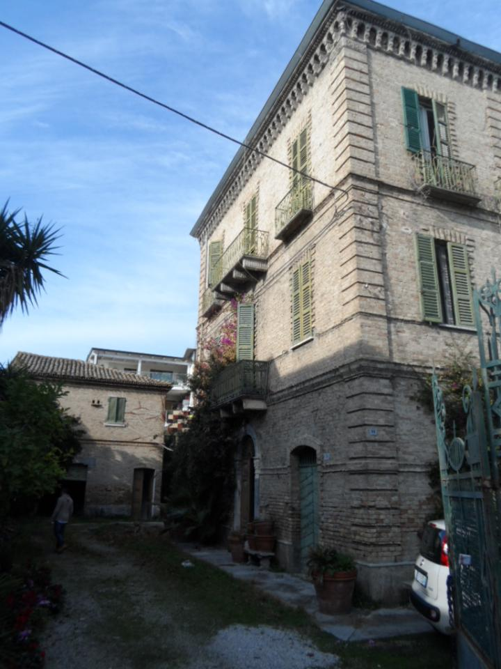 Soluzione Indipendente in vendita a Martinsicuro, 16 locali, zona Località: Centro, prezzo € 330.000 | Cambio Casa.it