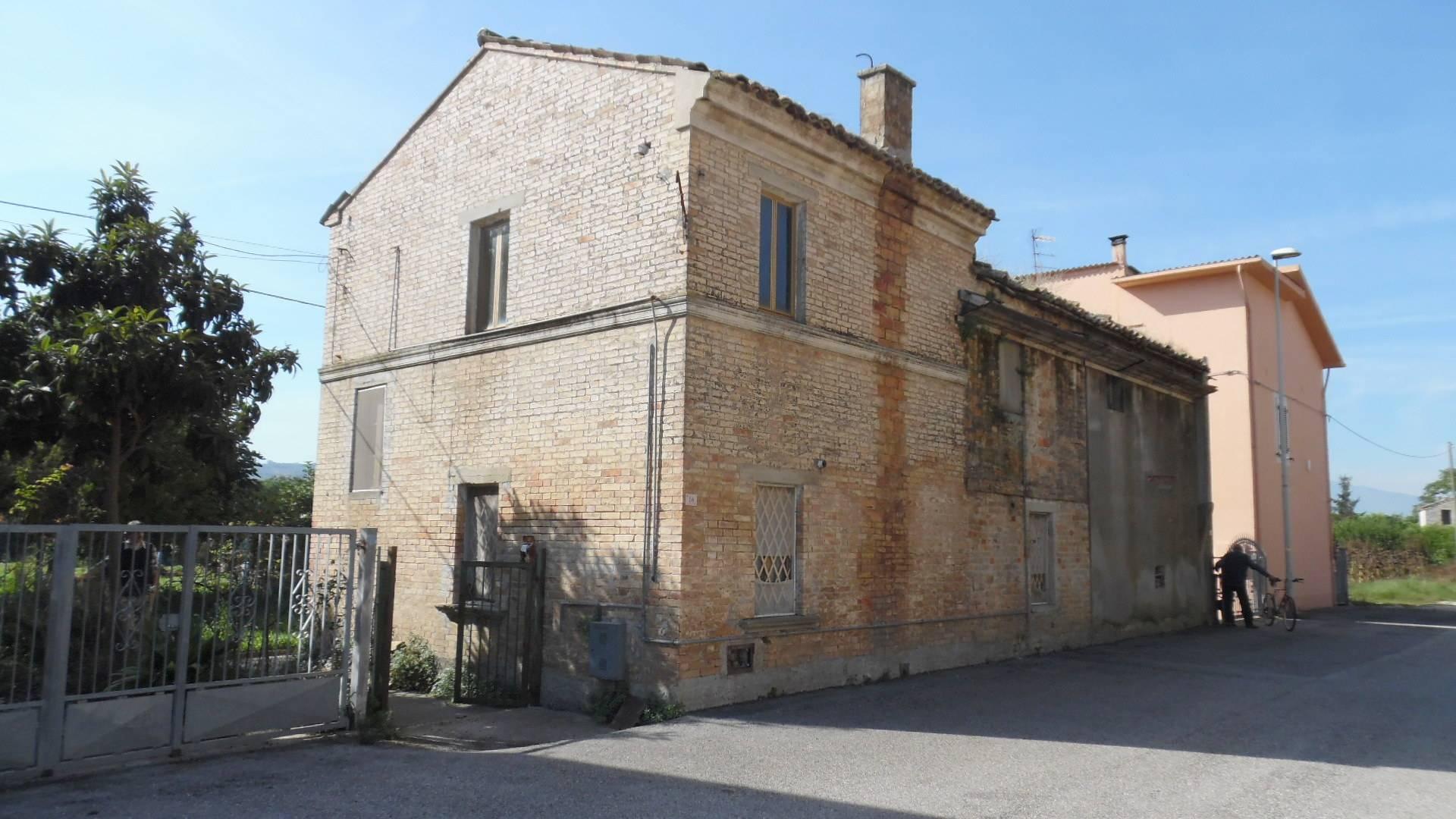 Soluzione Indipendente in vendita a Monteprandone, 6 locali, zona Zona: Centobuchi, prezzo € 95.000 | CambioCasa.it