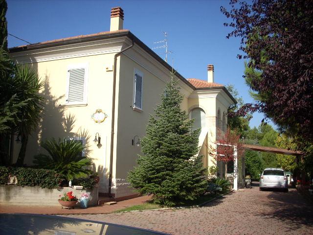 Villa in vendita a Monteprandone, 11 locali, prezzo € 380.000 | CambioCasa.it