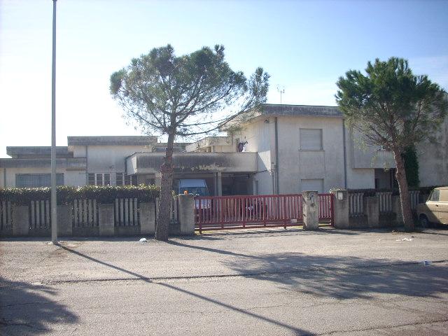 Capannone in affitto a Nereto, 9999 locali, prezzo € 2.500 | CambioCasa.it