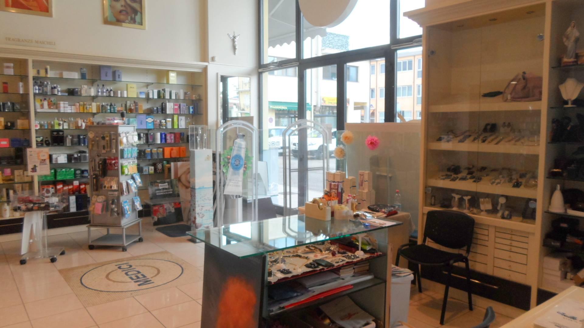 Negozio / Locale in vendita a San Benedetto del Tronto, 9999 locali, zona Località: PortodAscoli, prezzo € 300.000 | CambioCasa.it