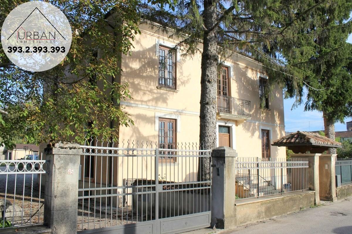 Villa in vendita a Pizzoli, 7 locali, Trattative riservate | CambioCasa.it