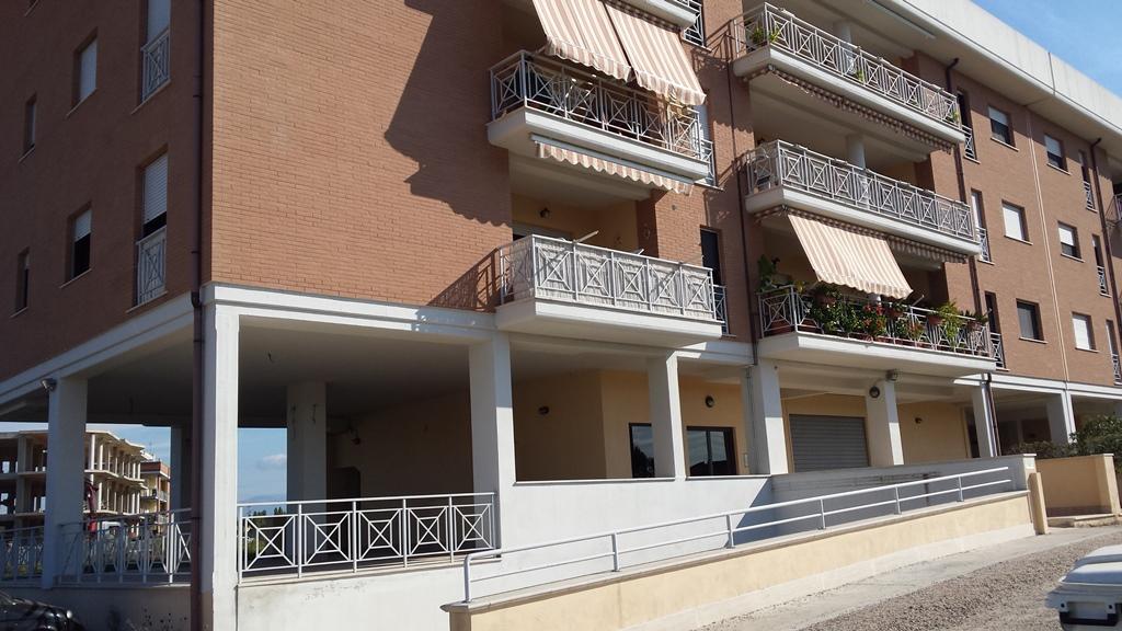 Negozio / Locale in affitto a Nettuno, 9999 locali, zona Località: camposportivo, prezzo € 2.000 | Cambio Casa.it