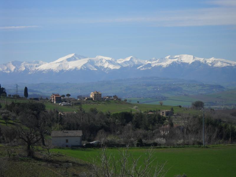 Villa in vendita a Macerata, 8 locali, zona Località: zonaCorneto, prezzo € 460.000 | Cambio Casa.it
