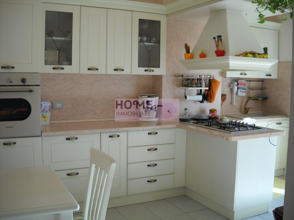 Appartamento in vendita a Macerata, 6 locali, zona Zona: Semicentrale, prezzo € 80.000 | CambioCasa.it