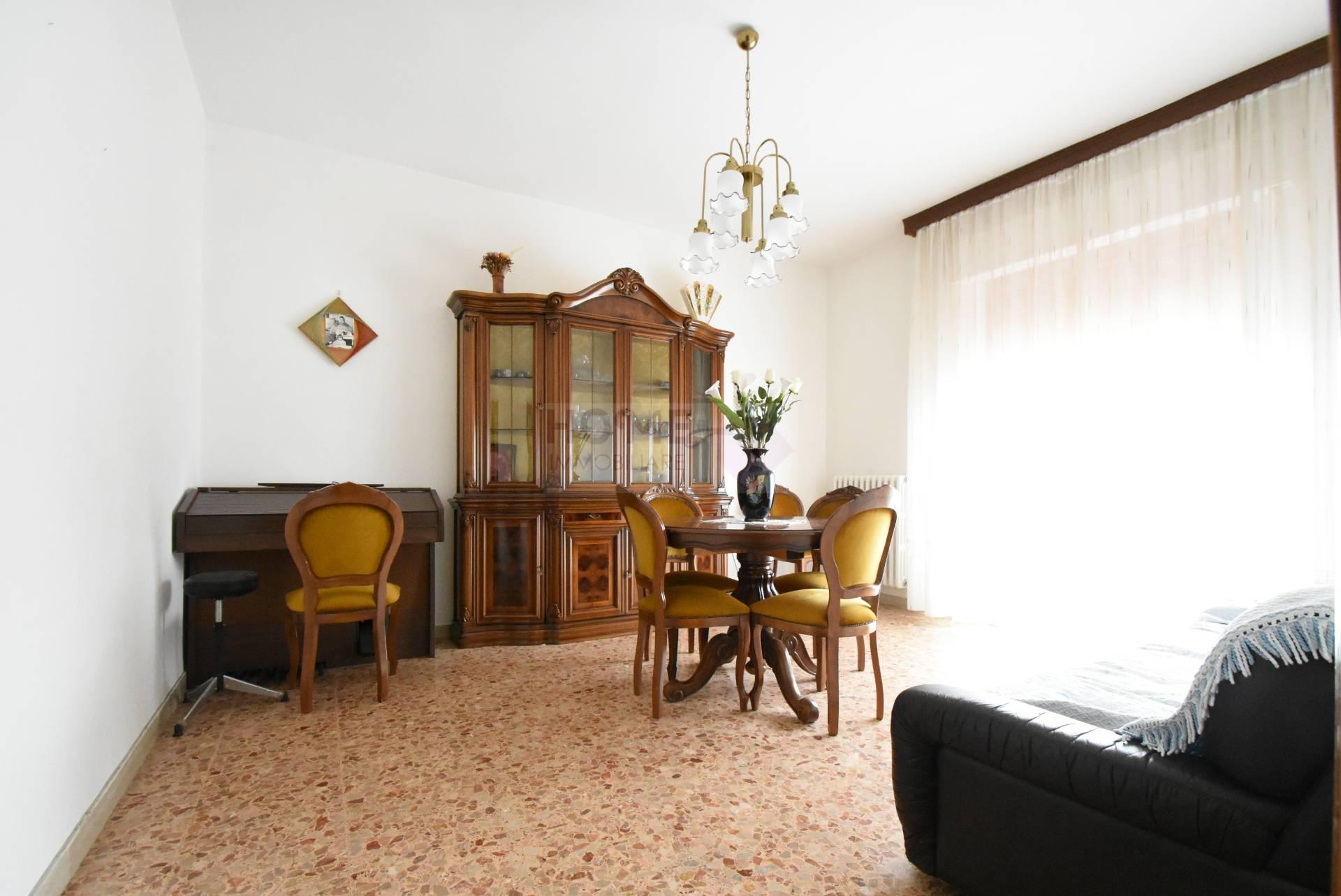 Appartamento in vendita a Treia, 7 locali, zona Località: semi-centrale, prezzo € 98.000 | Cambio Casa.it