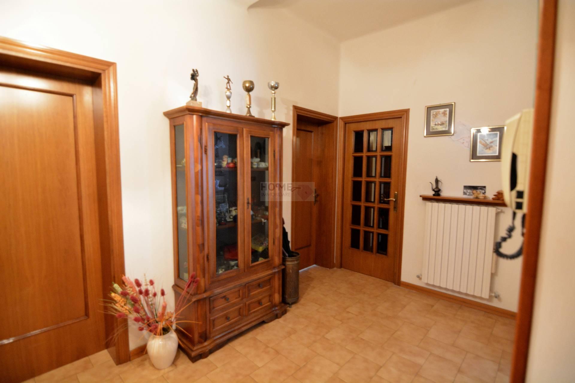Appartamento in vendita a Macerata, 8 locali, zona Località: ZonaCentrale, prezzo € 150.000 | Cambio Casa.it