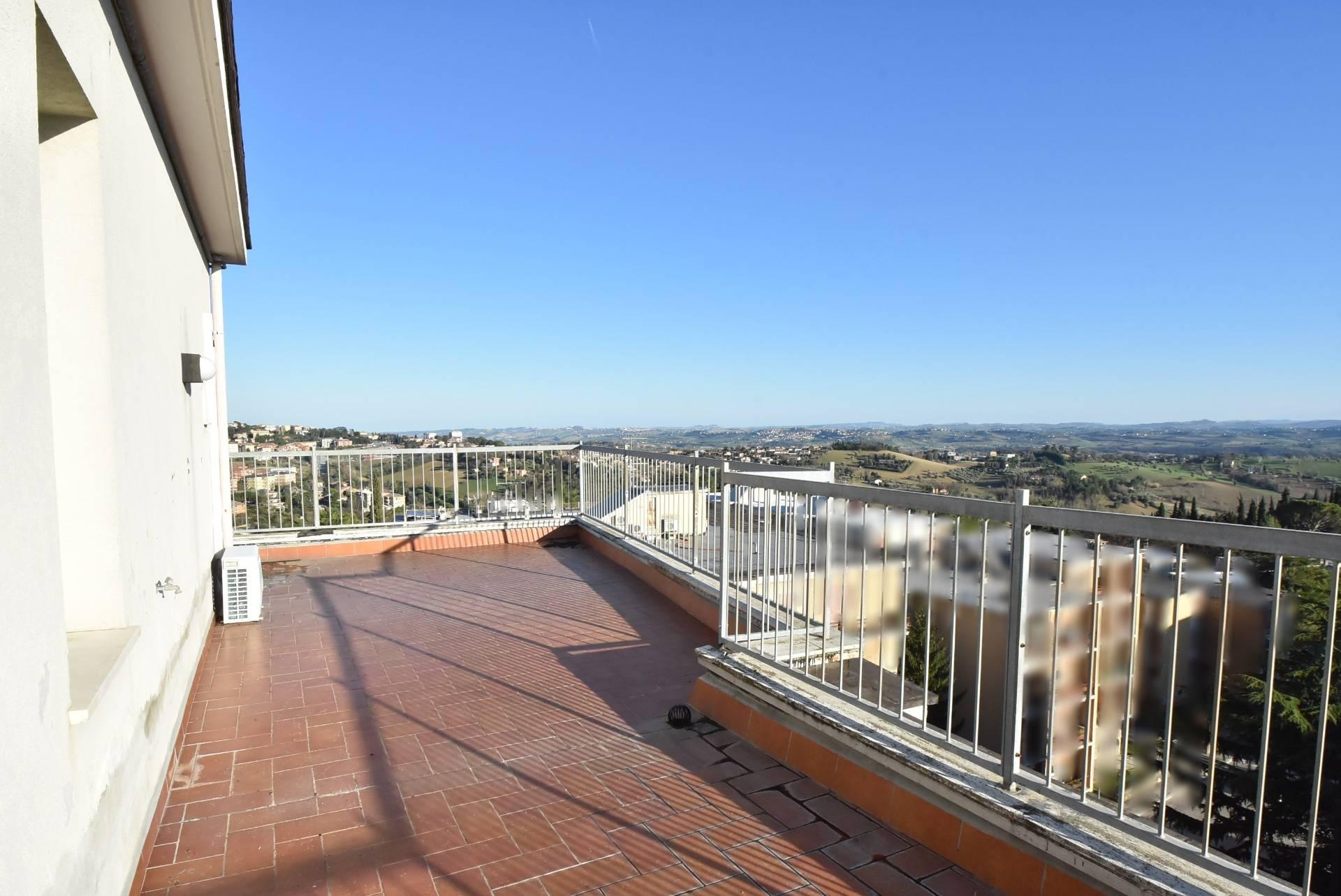 Attico / Mansarda in vendita a Macerata, 10 locali, zona Località: zonaviaSpalato, prezzo € 220.000 | CambioCasa.it