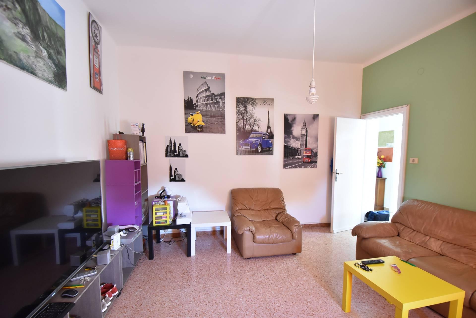 Appartamento in vendita a Macerata, 5 locali, zona Zona: Semicentrale, prezzo € 75.000 | CambioCasa.it