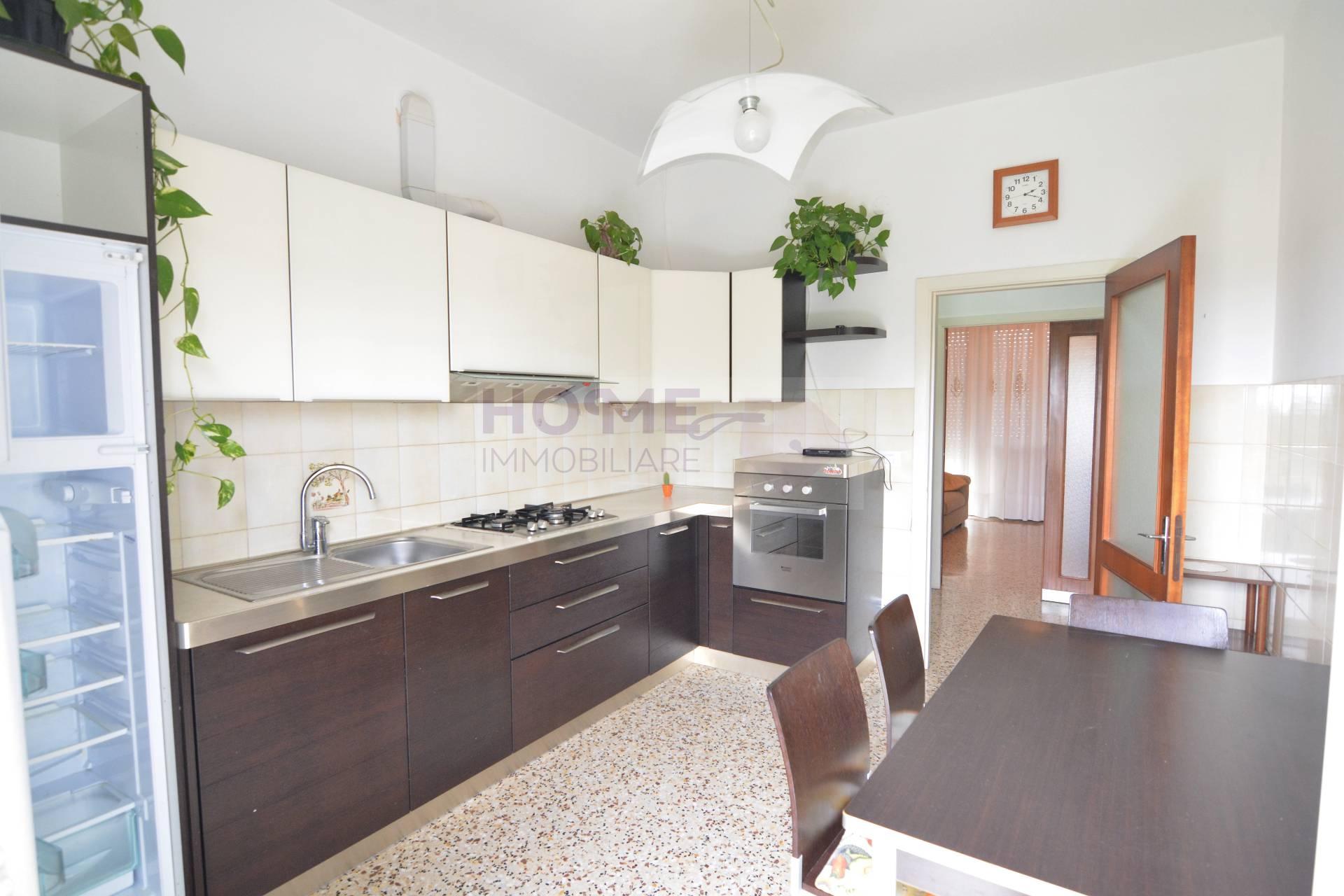 Appartamento in affitto a Macerata, 6 locali, zona Zona: Sforzacosta, prezzo € 400 | CambioCasa.it