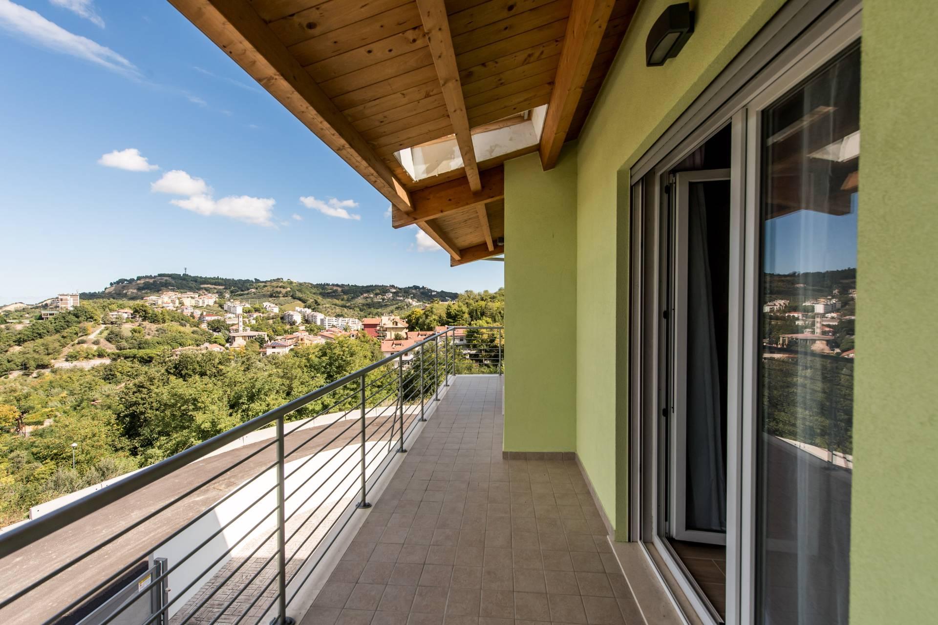 Villa in vendita a Chieti, 8 locali, zona Zona: Semicentro, prezzo € 480.000 | CambioCasa.it