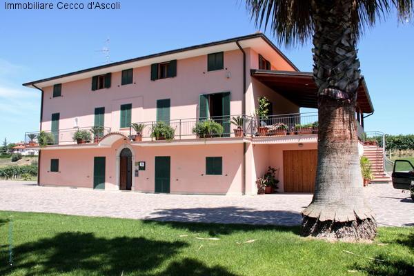 Villa in vendita a Ancarano, 24 locali, prezzo € 390.000 | Cambio Casa.it