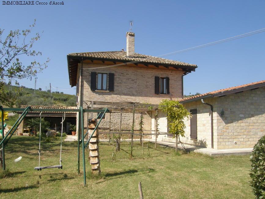 Villa in vendita a Spinetoli, 16 locali, prezzo € 390.000 | Cambio Casa.it