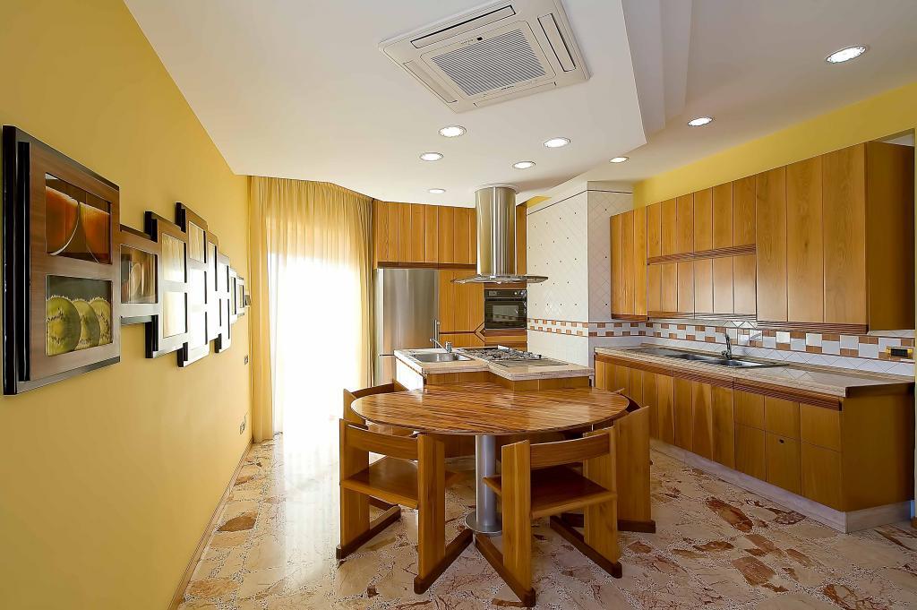Appartamento in vendita a Salerno, 5 locali, zona Zona: Mercatello, prezzo € 310.000 | Cambiocasa.it