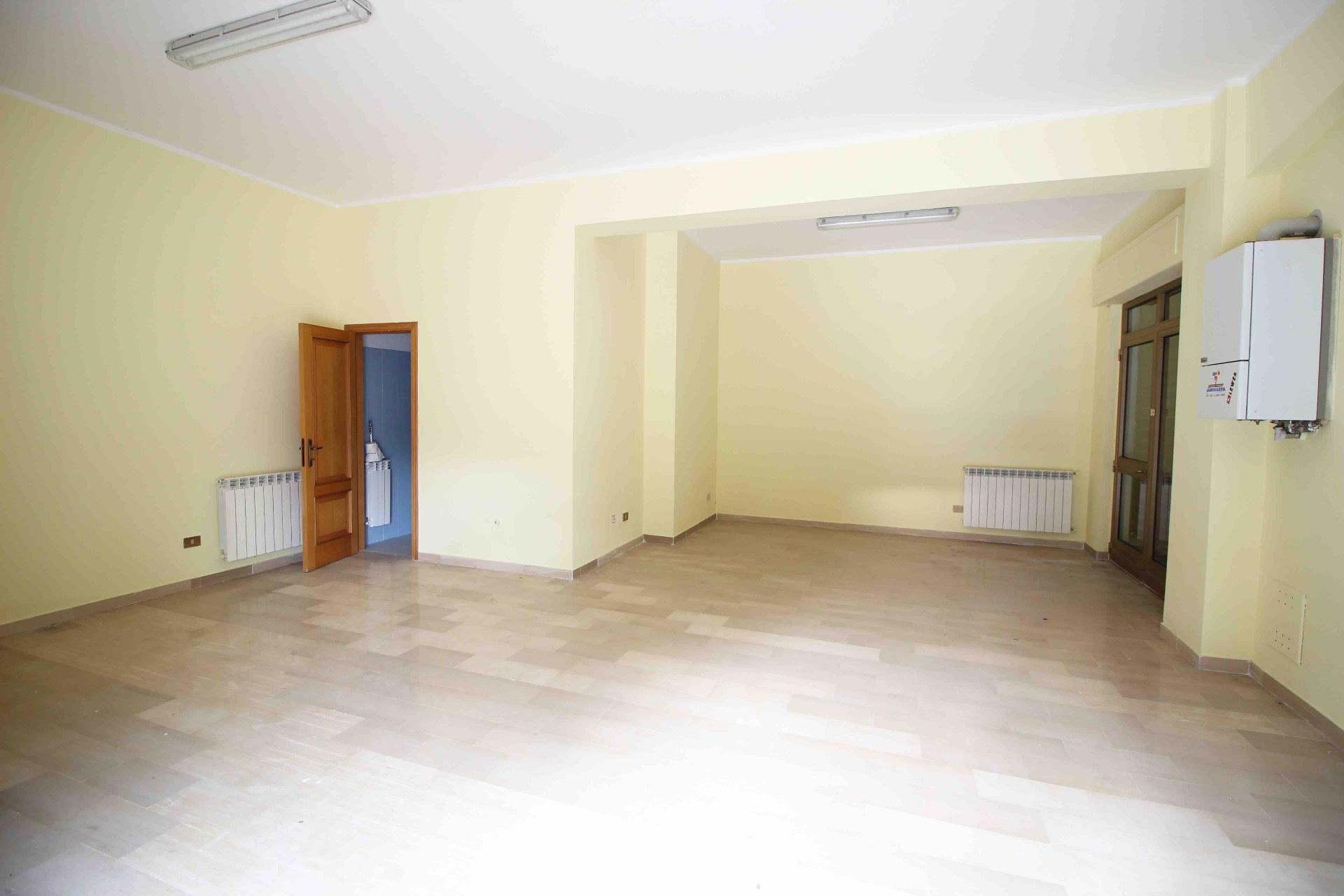 Negozio / Locale in affitto a L'Aquila, 9999 locali, zona Zona: Torrione, prezzo € 85.000 | CambioCasa.it