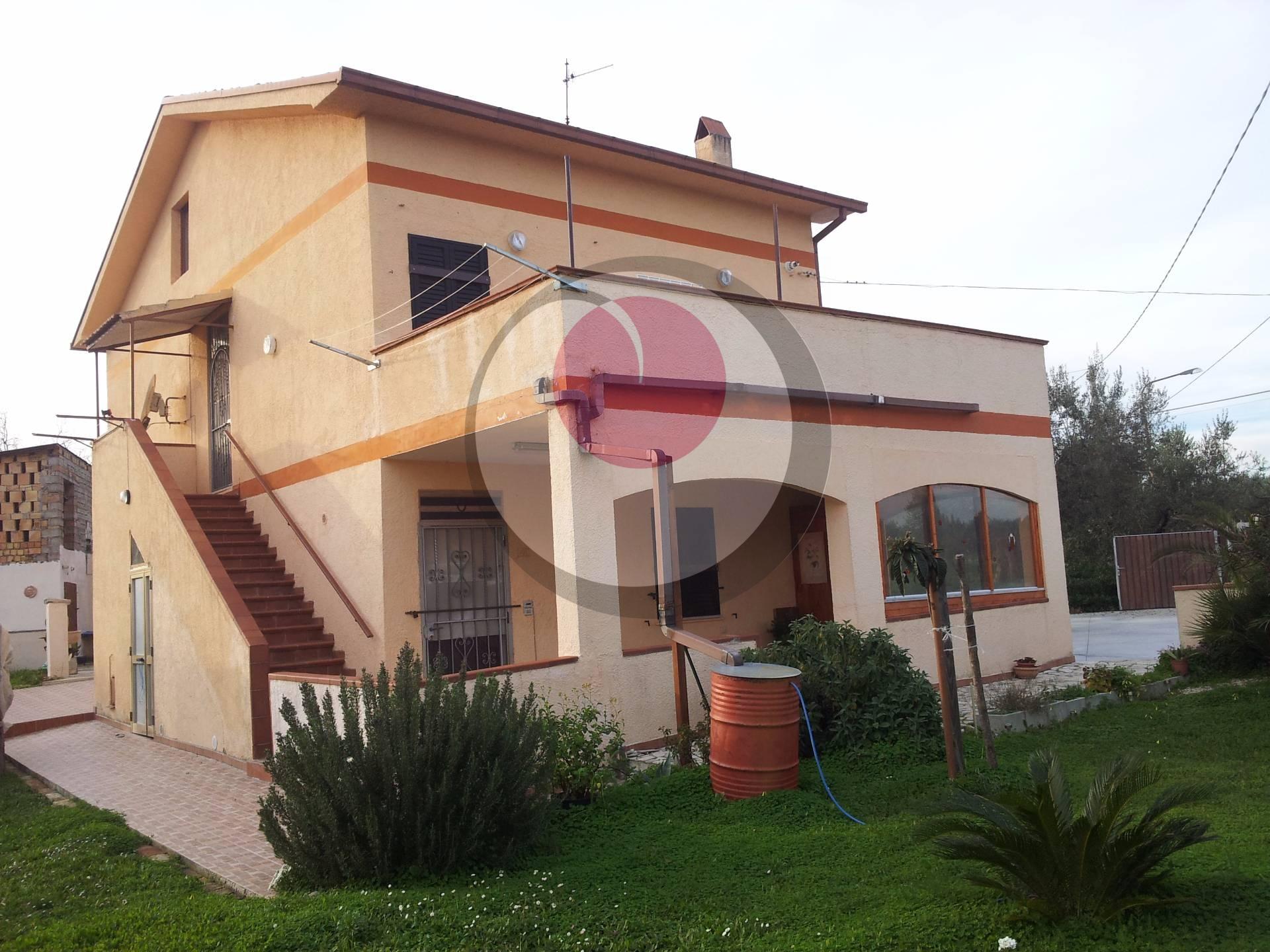 Soluzione Indipendente in vendita a San Vito Chietino, 9 locali, prezzo € 160.000 | Cambio Casa.it